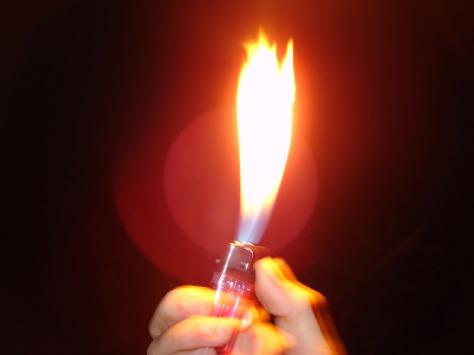 Große Feuerzeugflamme